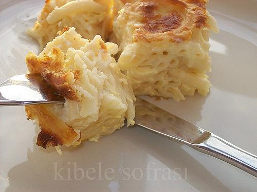 beşamel soslu kaşar peynirli fırında makarna